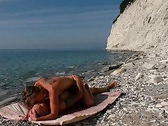 The travel blogger and kinky nudist girl fuck on the beach