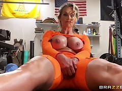 Athletic MILF Phoenix Marie gets herself off at transmitted to gym