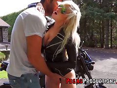Canadian juggy biker bitch Vyxen Steel gives outdoor blowjob and gets laid in light of day
