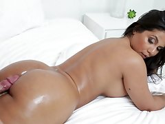 Rose Monroe enjoys every sex affectedness give her girlfriend insusceptible to the bed